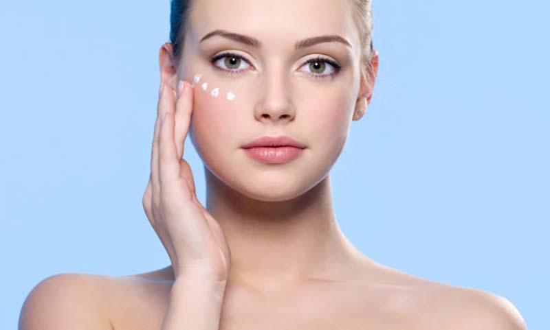 Як позбутися темних кіл під очима: від догляду до макіяжу